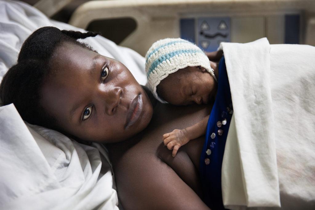 Moeder en pasgeboren baby in ons St. Damien- kinderziekenhuis
