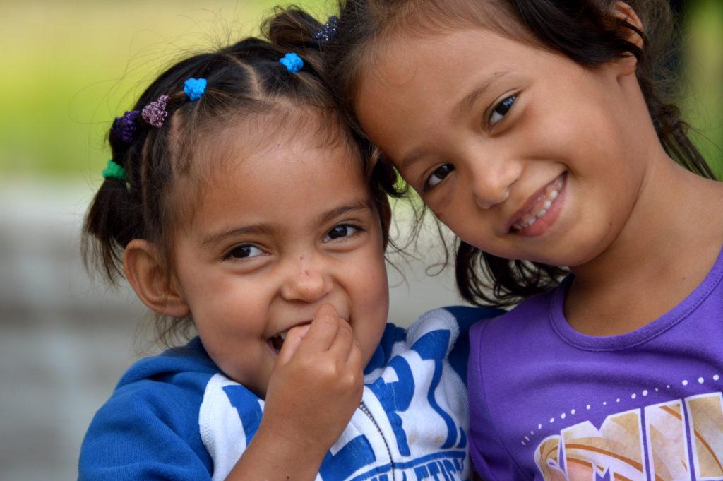 twee zusjes in elkaar omarmen
